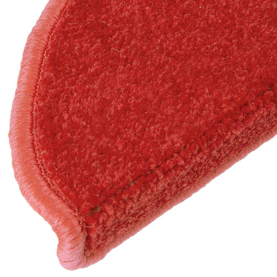 Červený kobercový půlkruhový nášlap na schody Eton - délka 24 cm a šířka 65 cm