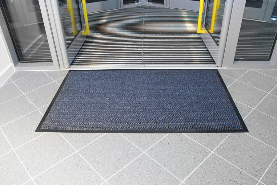 Modrá textilní vstupní vnitřní čistící metrážová rohož - šířka 120 cm a výška 0,7 cm