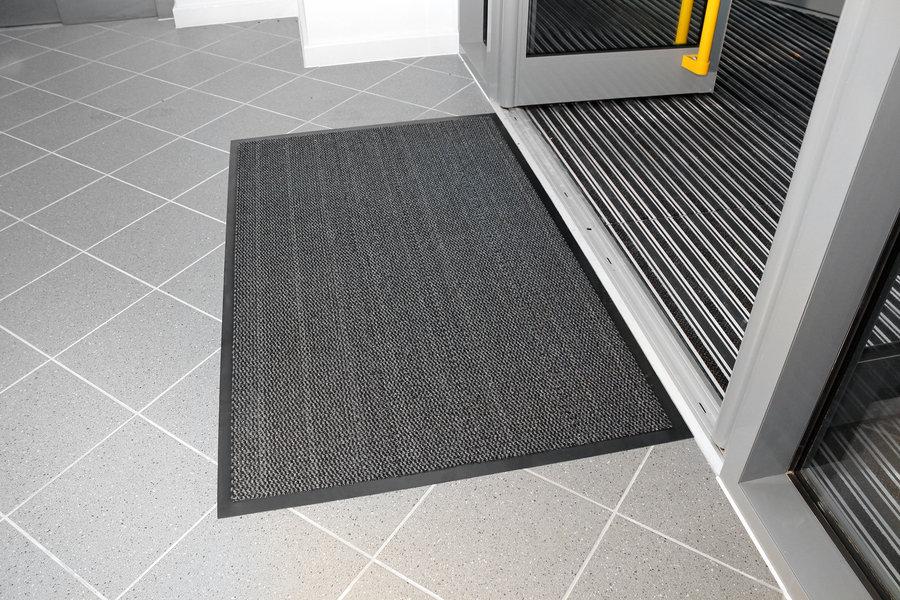 Šedá textilní vstupní vnitřní čistící metrážová rohož - šířka 90 cm a výška 0,7 cm