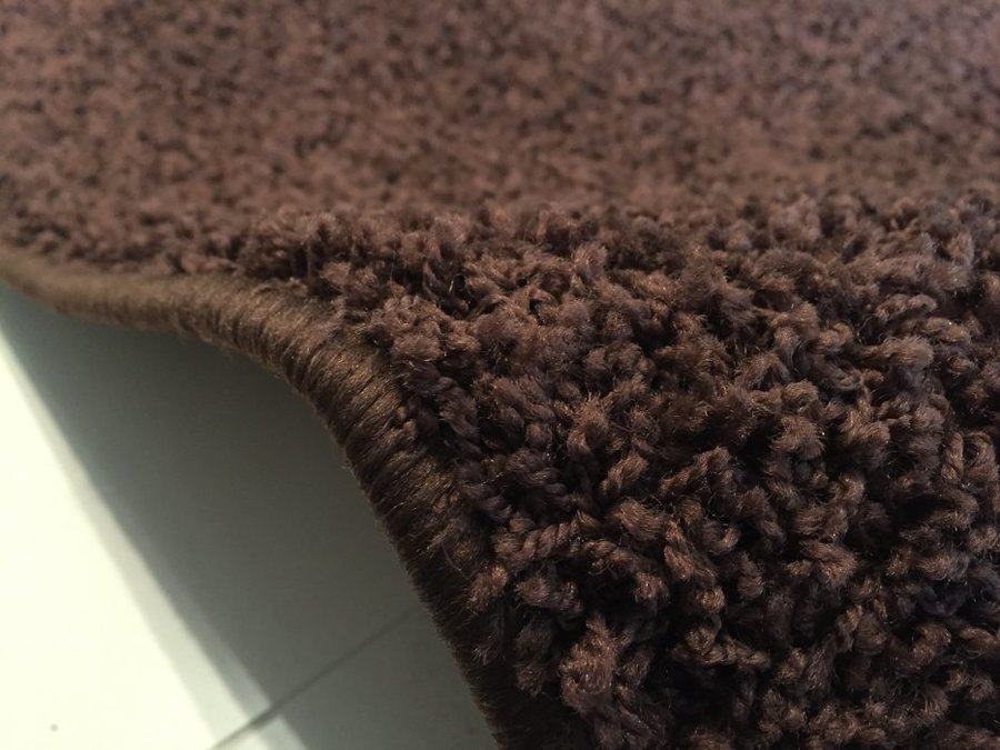 Tmavě hnědý metrážový koberec Shaggy - šířka 400 cm