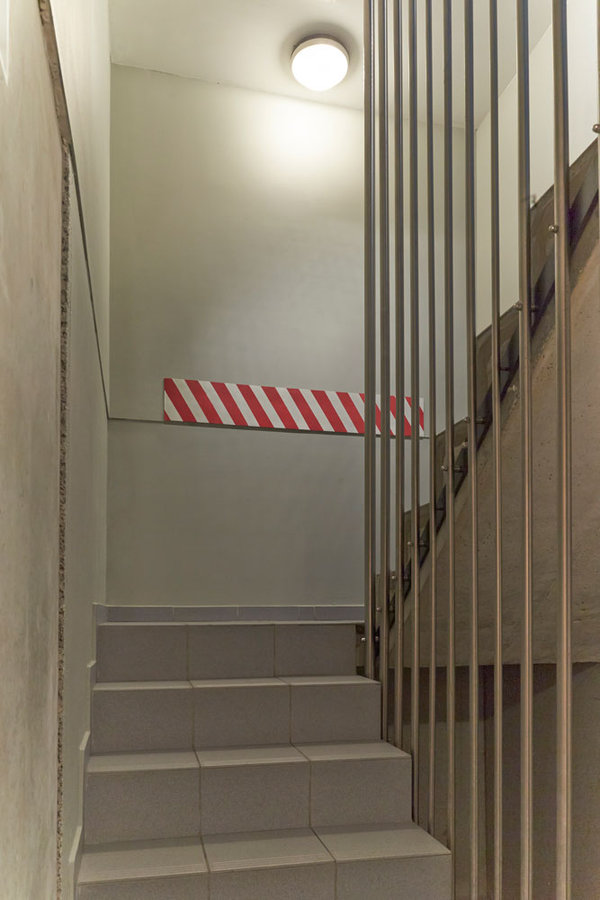 Bílo-červený pěnový pás na ochranu stěn - délka 200 cm, šířka 20 cm a výška 0,5 cm