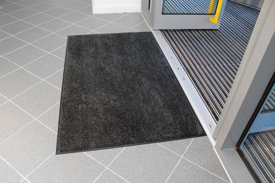Černá textilní vstupní vnitřní čistící rohož - délka 90 cm, šířka 150 cm a výška 0,8 cm