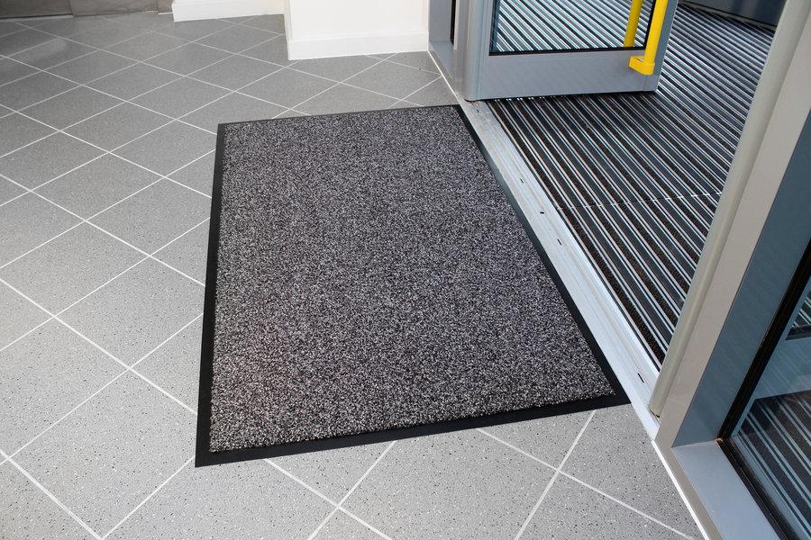 Šedá textilní vstupní vnitřní čistící rohož - délka 90 cm, šířka 150 cm a výška 1 cm