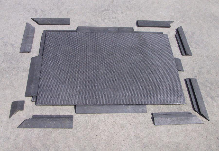 """Černý plastový nájezd """"nad"""" pro plastové podlahové desky - délka 40 cm, šířka 10 cm a výška 4,3 cm"""