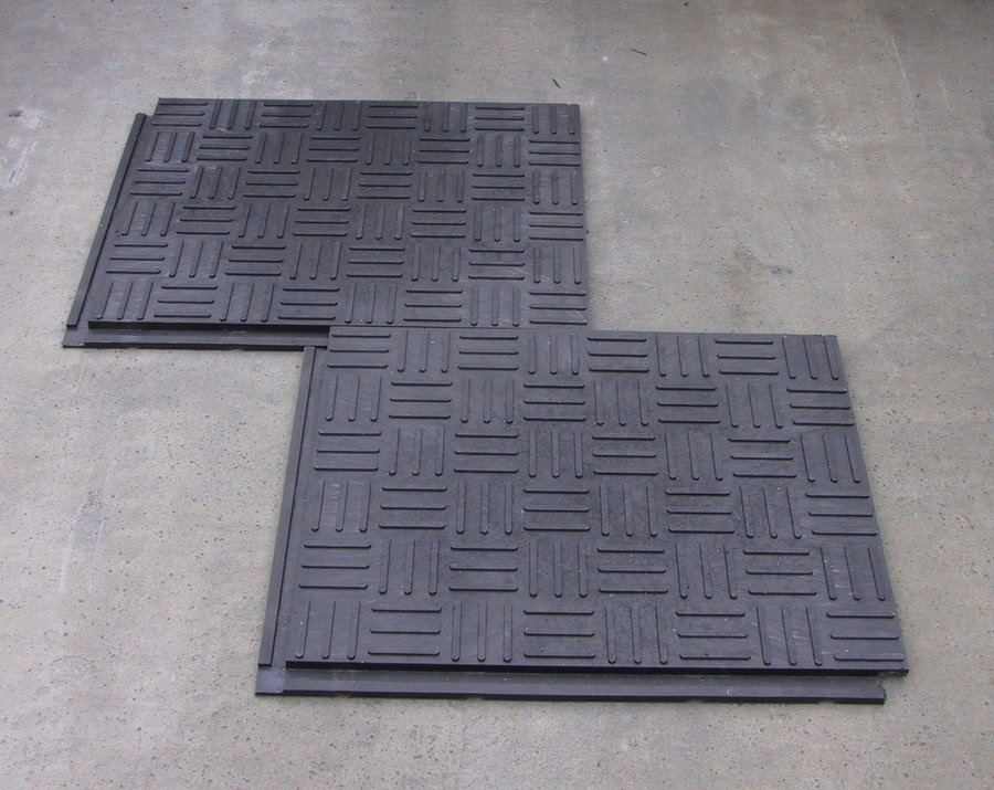 Plastová stájová podlahová deska - délka 80 cm, šířka 60 cm a výška 2,2 cm