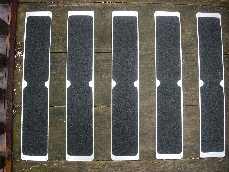 Béžová náhradní protiskluzová páska pro hliníkové nášlapy FLOMA Standard - 63,5 x 11,5 cm a tloušťka 1 mm