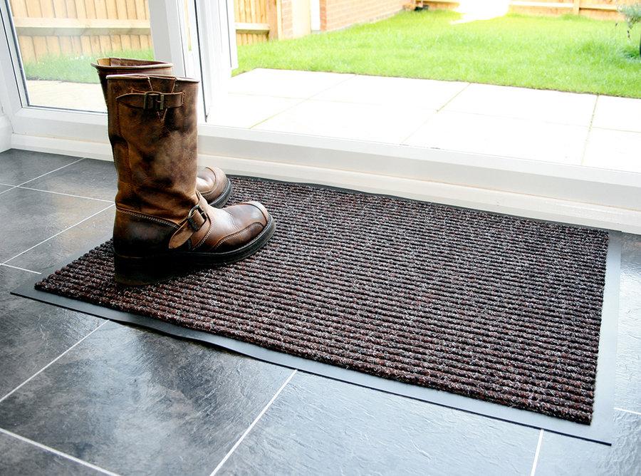 Hnědá textilní vstupní vnitřní čistící rohož - délka 90 cm, šířka 150 cm a výška 0,7 cm