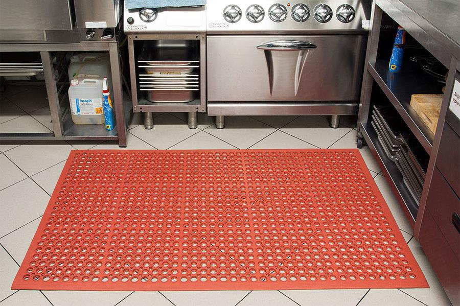 Červená olejivzdorná kuchyňská rohož (25% nitrilová pryž) Sanitness Light - délka 90 cm, šířka 150 cm a výška 1,4 cm