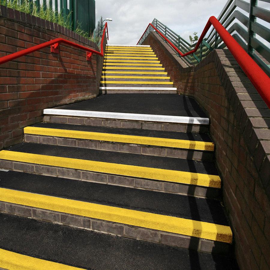Černo-žlutá karborundová schodová hrana - délka 100 cm, šířka 34,5 cm, výška 5,5 cm a tloušťka 0,5 cm