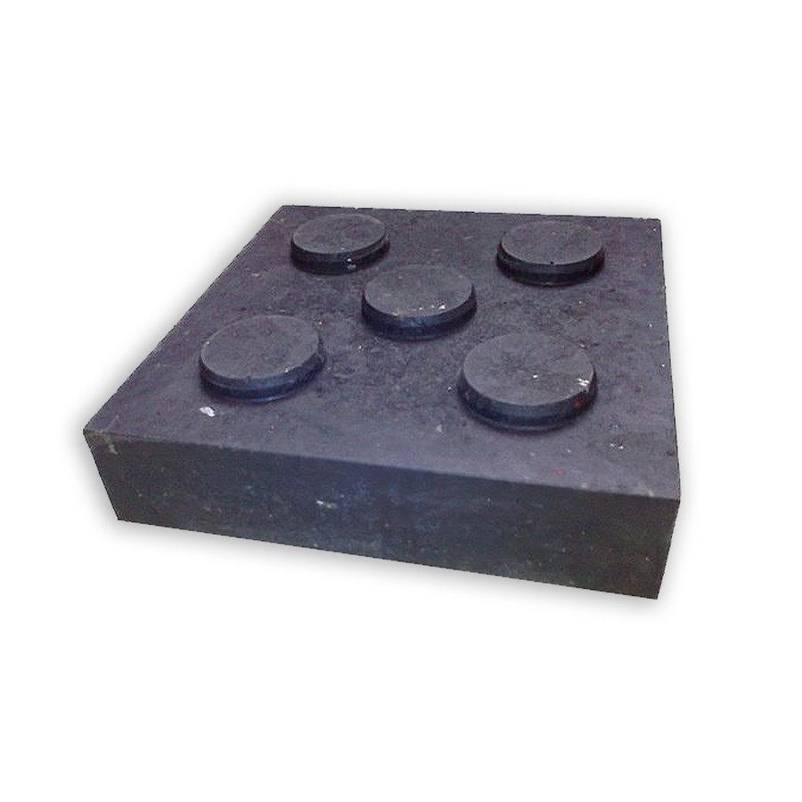 """Černá plastová podkládací kostka """"5 čepů"""" - délka 23,8 cm, šířka 23,8 cm a výška 5,3 cm"""