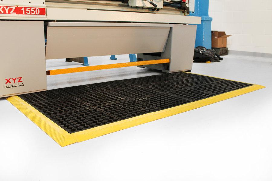 Černá gumová modulární průmyslová protiúnavová protiskluzová děrovaná rohož Fatigue - délka 90 cm, šířka 90 cm a výška 1,8 cm