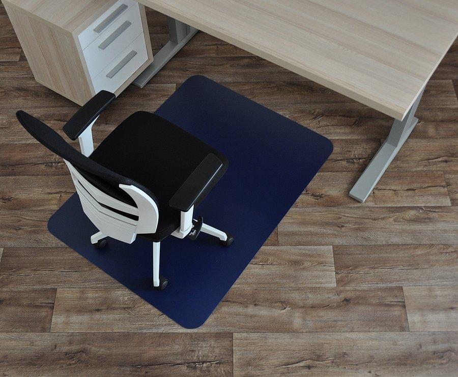 Modrá podložka na hladké povrchy pod židli - délka 120 cm, šířka 90 cm a výška 0,15 cm