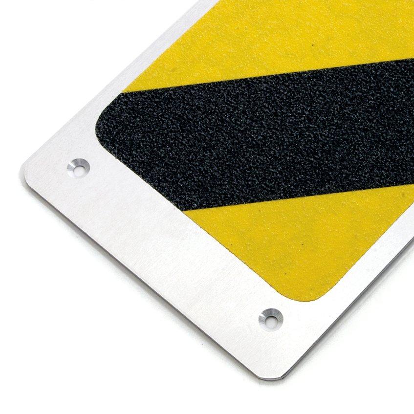 Černo-žlutý hliníkový protiskluzový nášlap na schody - délka 62,5 cm a šířka 11,4 cm
