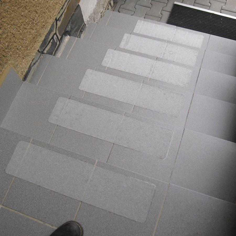 Čirá korundová průhledná samolepící protiskluzová páska (pás) - délka 61 cm a šířka 15,2 cm