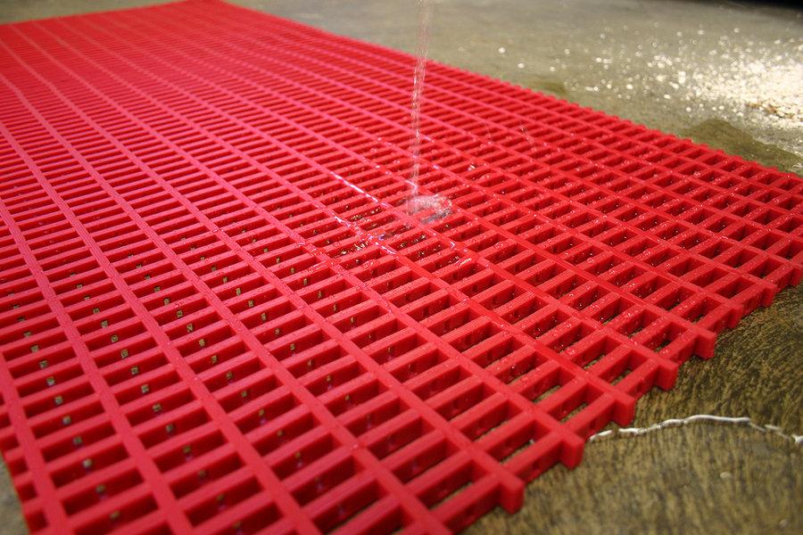 Červená univerzální průmyslová protiskluzová olejivzdorná rohož (mřížka 30 x 10 mm) - délka 5 m, šířka 120 cm a výška 1,2 cm