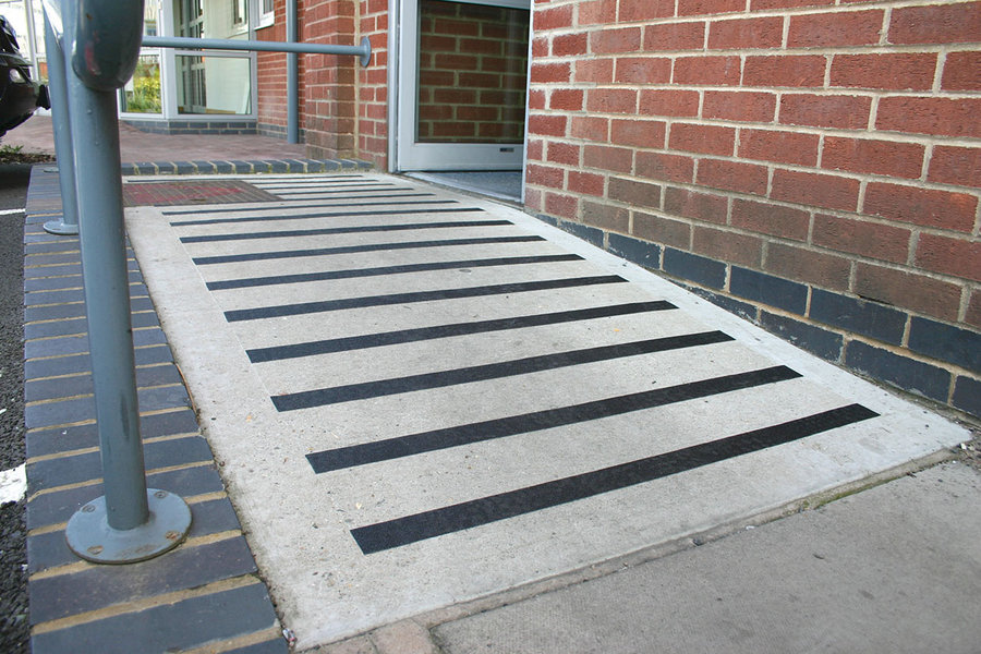 Černá korundová protiskluzová páska - délka 18,3 m a šířka 2,5 cm