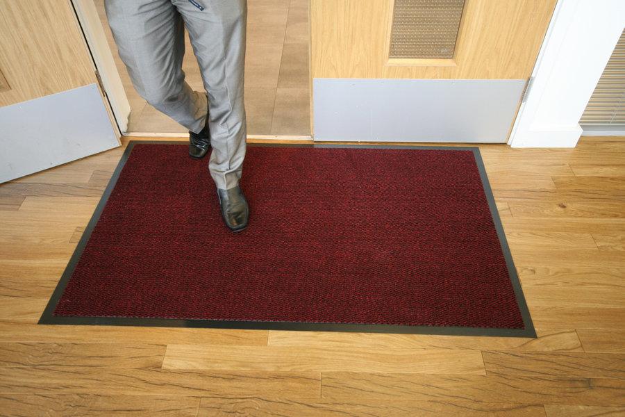 Červená textilní vstupní vnitřní čistící metrážová rohož - šířka 120 cm a výška 0,7 cm