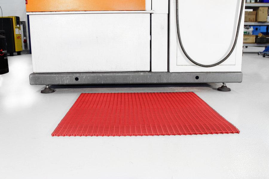 Červená univerzální průmyslová protiskluzová olejivzdorná rohož (mřížka 22 x 22 mm) - délka 5 m, šířka 90 cm a výška 1,2 cm