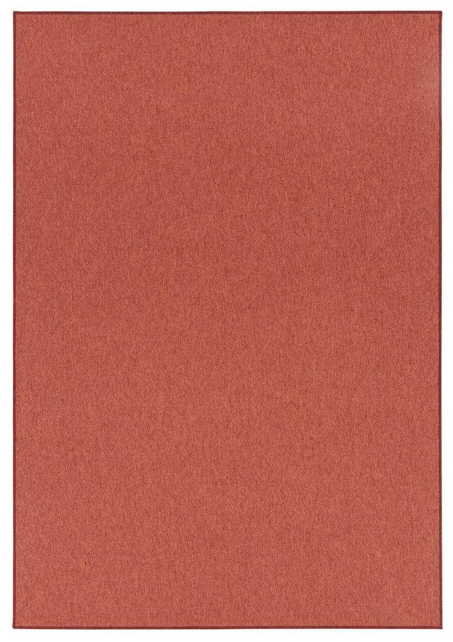 Červený nebo hnědý kusový koberec