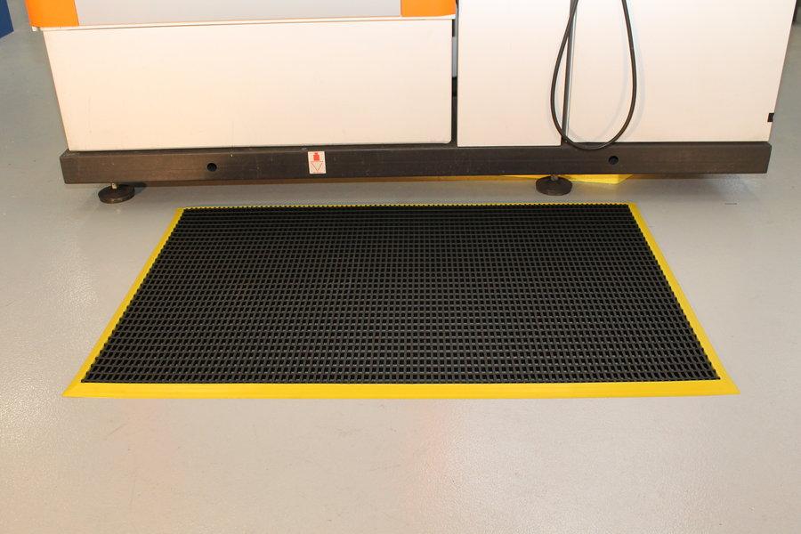 Černá univerzální průmyslová protiskluzová olejivzdorná rohož (mřížka 22 x 10 mm) - délka 120 cm, šířka 60 cm a výška 1,2 cm