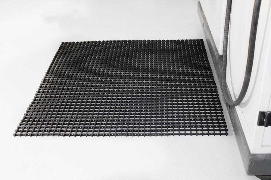 Černá univerzální průmyslová protiskluzová olejivzdorná rohož (mřížka 22 x 22 mm) - délka 10 m, šířka 90 cm a výška 1,2 cm
