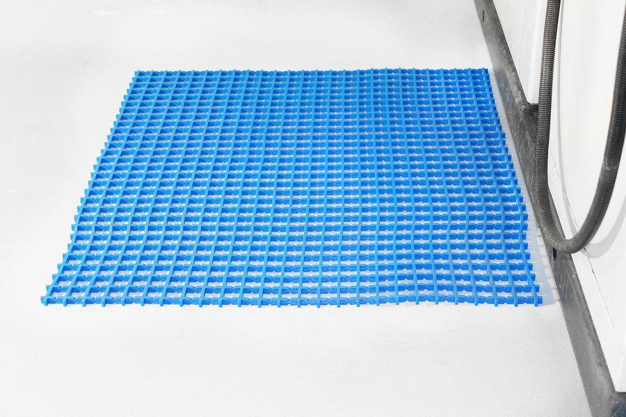 Modrá univerzální průmyslová protiskluzová olejivzdorná rohož (mřížka 22 x 22 mm) - délka 5 m, šířka 60 cm a výška 1,2 cm