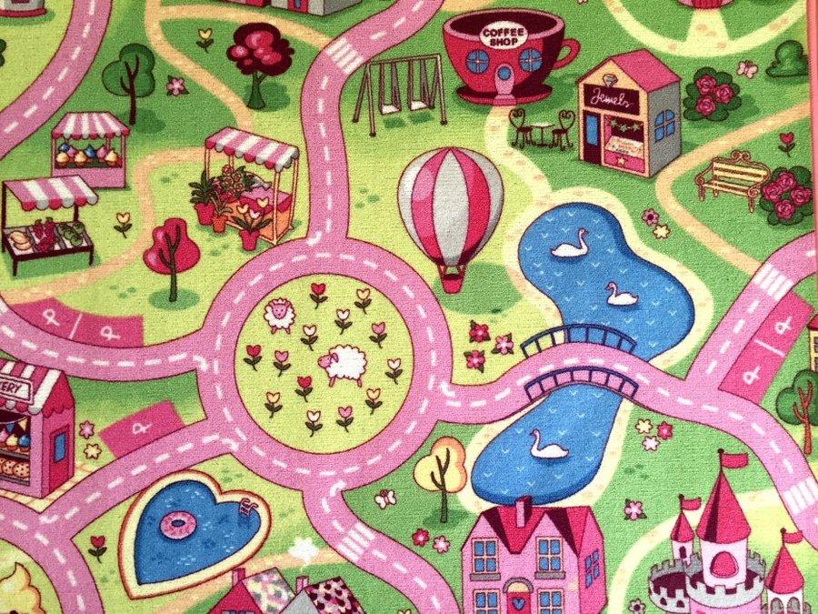 Různobarevný dětský metrážový hrací koberec Růžové město - šířka 400 cm