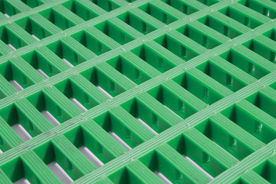 Zelená univerzální průmyslová protiskluzová olejivzdorná rohož (mřížka 30 x 10 mm) - délka 5 m, šířka 90 cm a výška 1,2 cm