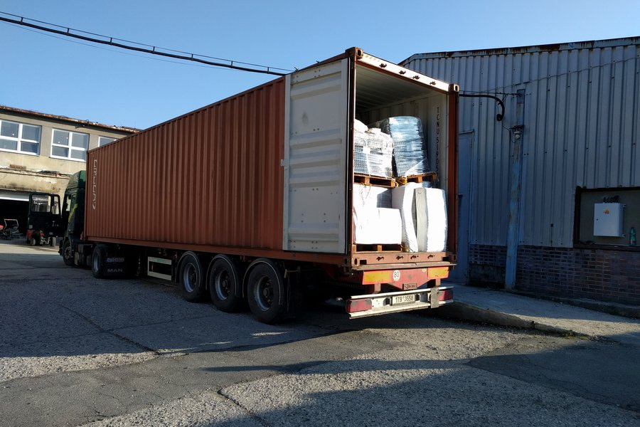 Naskladnění zboží, vykládka kontejneru. Pomocný externí sklad.