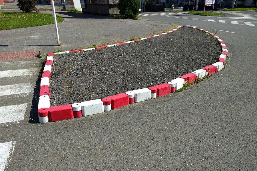 Instalace silničních obrubníků.