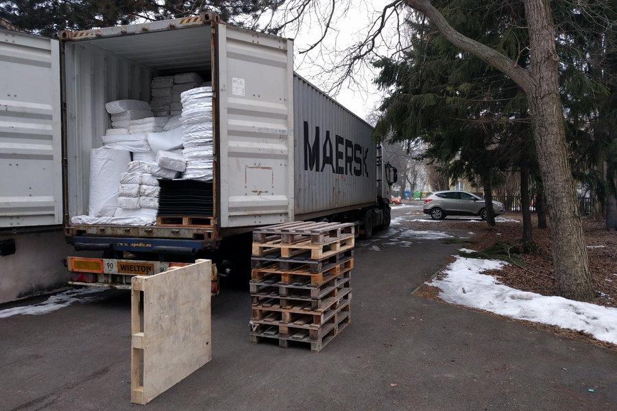Naskladnění zboží, vykládka kontejneru. Hlavní sklad v sídle společnosti.