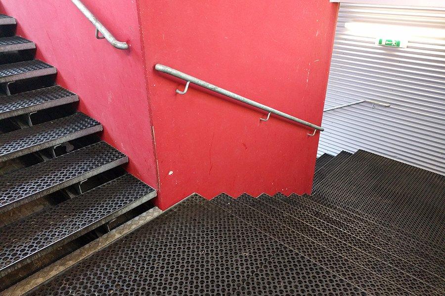 Realizace pokládky gumových rohoží na schodiště v lyžařském areálu.
